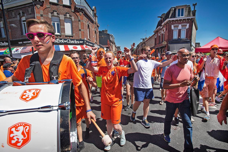 Nederlandse fans bezetten het Franse Valenciennes, juni 2019. Beeld Guus Dubbelman / de Volkskrant