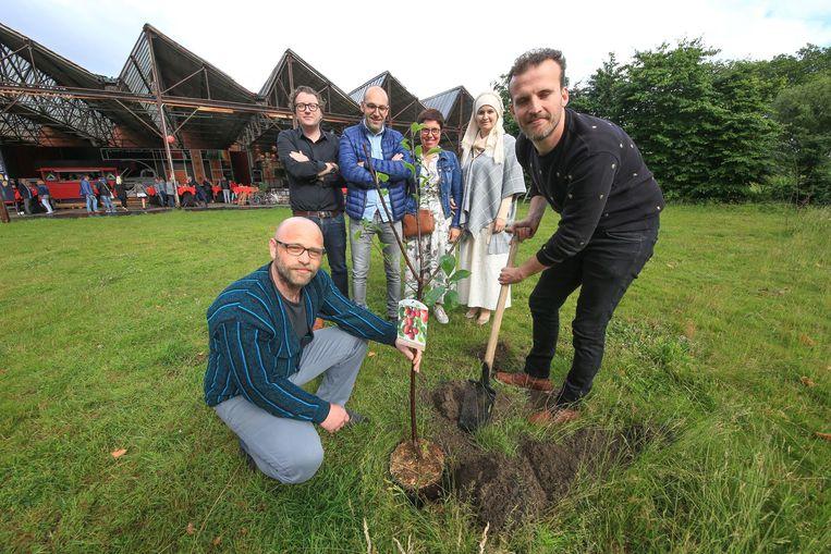 De aanplant van de boom bij het Atypisch Atelier Publiek, op de grens tussen Kortrijk en Stasegem.