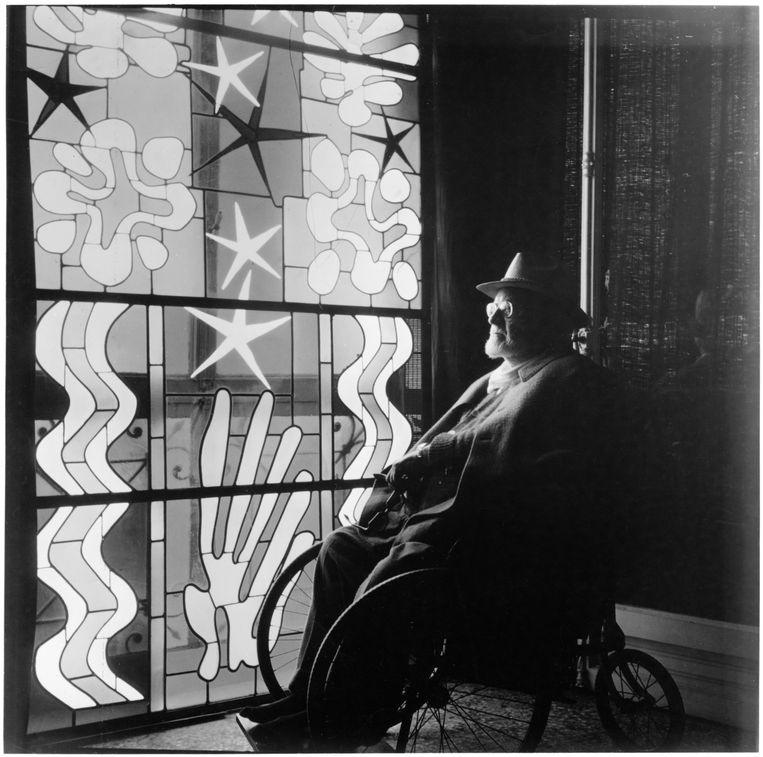 Henri Matisse (1869-1954) in de Chapelle du Rosaire de Vence, nabij Nice, Frankrijk in 1941.  Beeld Universal Images Group via Getty