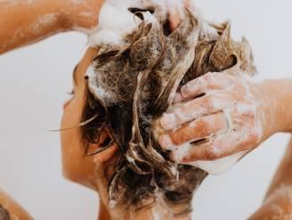 """Beautyredactrice Sophie legt uit waarom je best oplet met siliconen in je shampoo: """"Het verzwaart en maakt vet"""""""