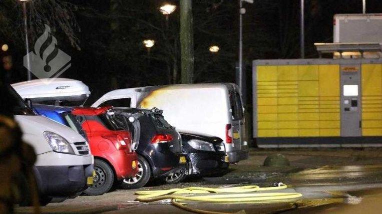 De politie doet onderzoek naar een aantal vernielde en in de brand gestoken voertuigen op de Isaac Gogelweg in Amsterdam-West. Beeld Politie.nl