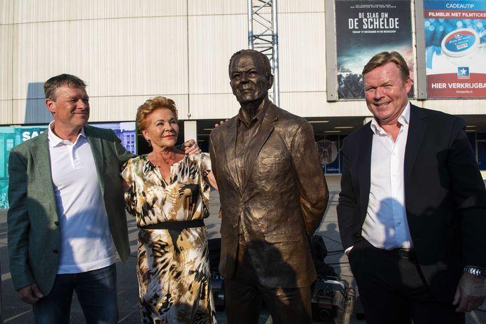 Erwin en Ronald Koeman tijdens de onthulling van een standbeeld van vader Martin Koeman, bij stadion van FC Groningen. De voetbalclub viert haar 50-jarig bestaan.