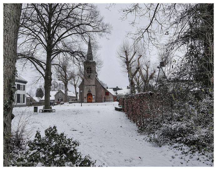 De kerk in Hemmen ligt er wit bij deze winter.