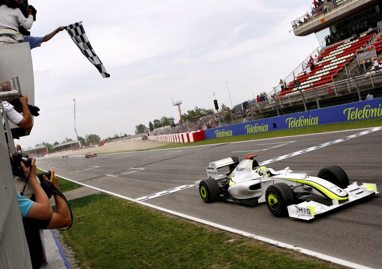 Jenson Button rijdt over de finish. Foto EPA/Felix Heyder Beeld