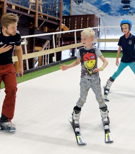 Buiten is het nog zomers, maar de wintersport lonkt: nu al druk op de indoor skibaan