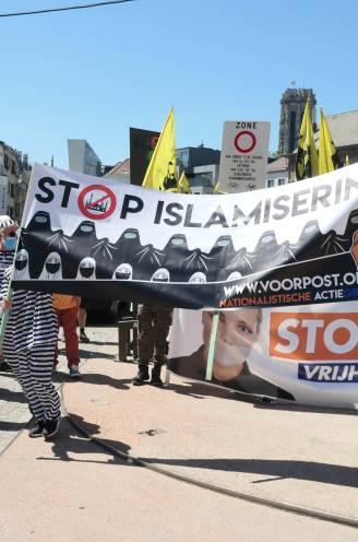 Honderden leden van Voorpost betogen met omstreden spandoek voor vrijheid van meningsuiting