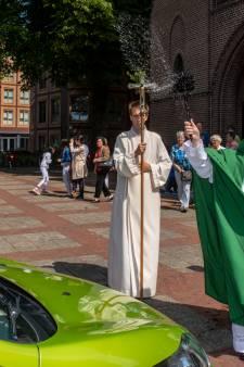 Pastoor zegent auto's en fietsen: 'Veilig op vakantie met Gods zegen'