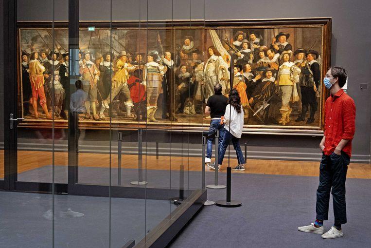 De eerste bezoekers in het Rijksmuseum na bijna een half jaar. Waar de Amsterdamse werkgelegenheid zich al behoorlijk herstelt van de coronacrisis, blijft die in de cultuursector achter. Beeld ANP