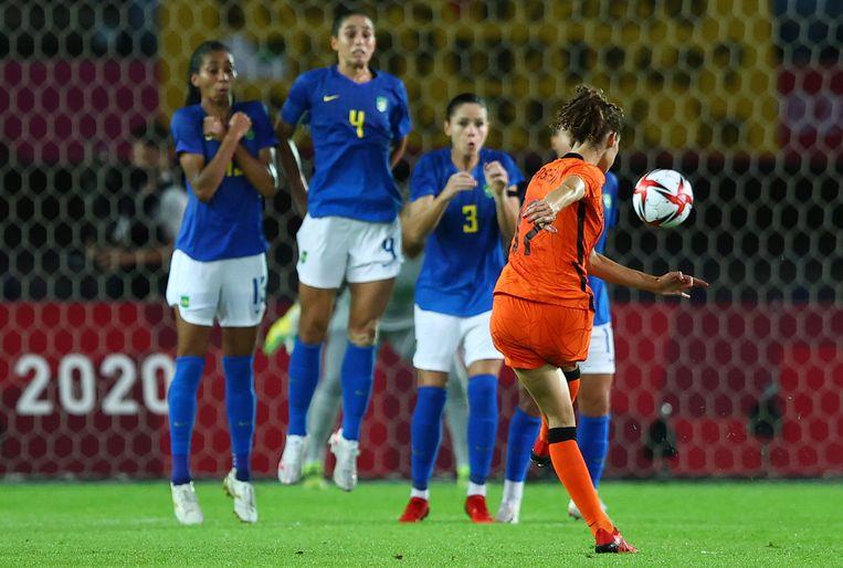 Dominique Janssen met de ultieme gelijkmaker. De bal van de Nederlandse zeilde uit een vrije trap prachtig in de kruising van het Braziliaanse doel: 3-3. Beeld REUTERS