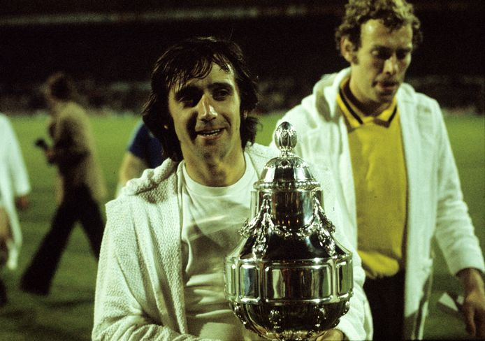 Willy van der Kuijlen met de KNVB-beker van 1974: hij maakte een hattrick in de finale tegen NAC Breda.