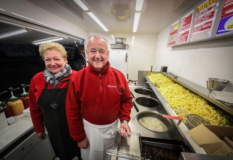 Jeannine Decock en haar man Bertrand Coussens, zoals iedereen hem kende: met rode trui en witte schort.