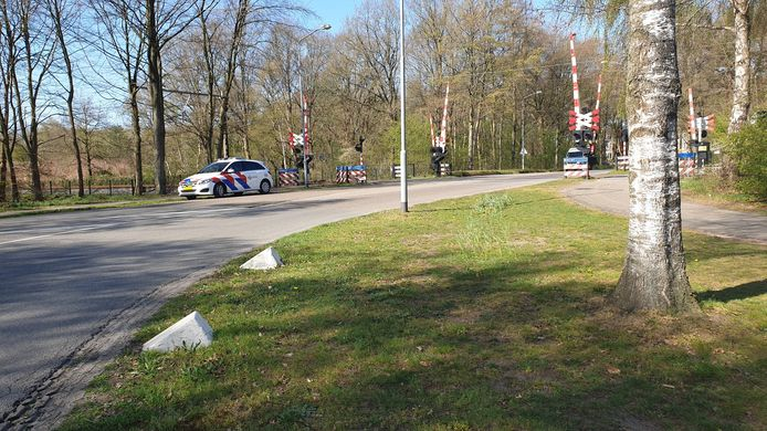 Bij deze spoorwegovergang in Ermelo werd de vrouw gespot door een voorbijganger.