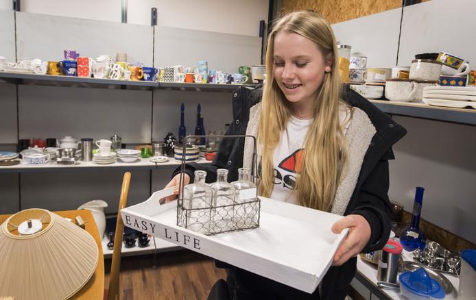 De Duitse scholiere Nele Kersten zocht een dienblad en deze flesjes uit in Neede.