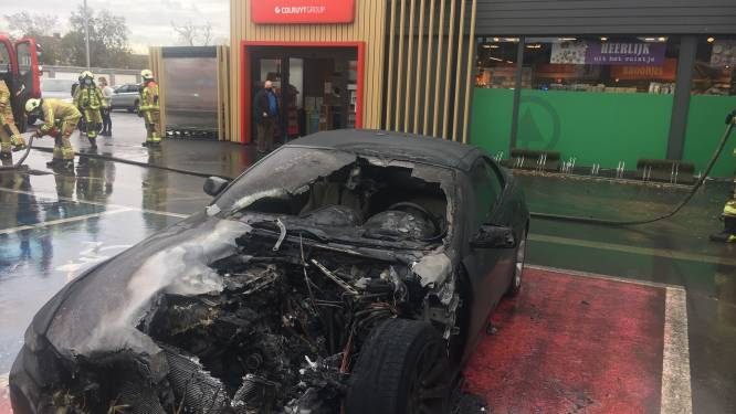 """BMW-cabrio van kapper brandt uit op parking supermarkt Spar in Lichtervelde: """"Als ik straks ook opnieuw moet sluiten, wordt het een zwarte dag"""""""
