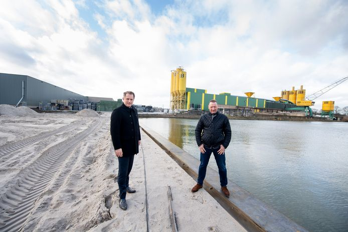Directeur Jan-Dirk Staman van Van den Bosch Beton (rechts) en directeur Coen van Wingerden van Kroon Oil, bij pas gedempte insteekhaven.