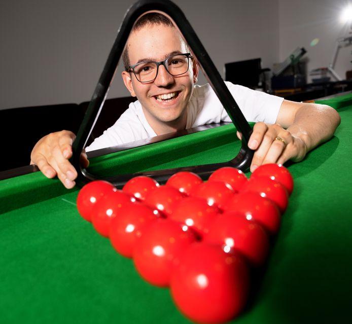 Jan van den Aker  (24) kreeg een herseninfarct toen hij 15 was. Negen jaar later moet hij nog veel rust in acht nemen. Snookeren is zijn lust en leven.