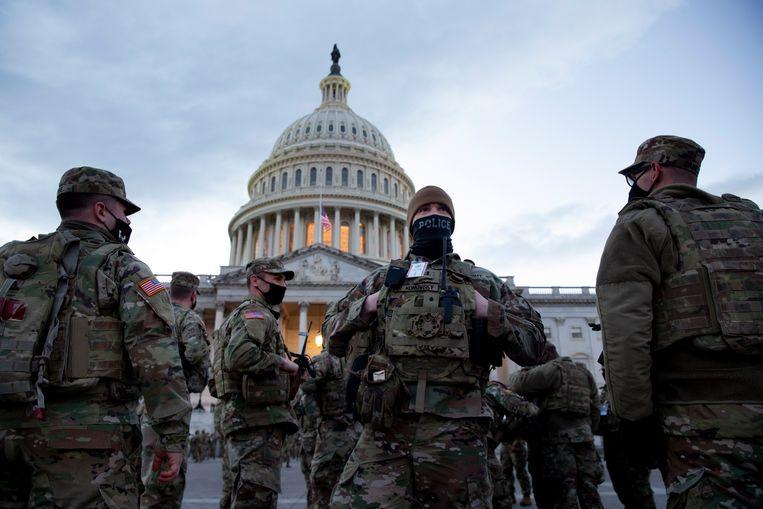 Soldaten van de Nationale Garde voor het Capitool. Washington is omgebouwd tot een militaire vesting.  Beeld EPA