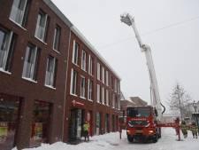 Brandweer haalt sneeuw van dak Kruidvat in Grave