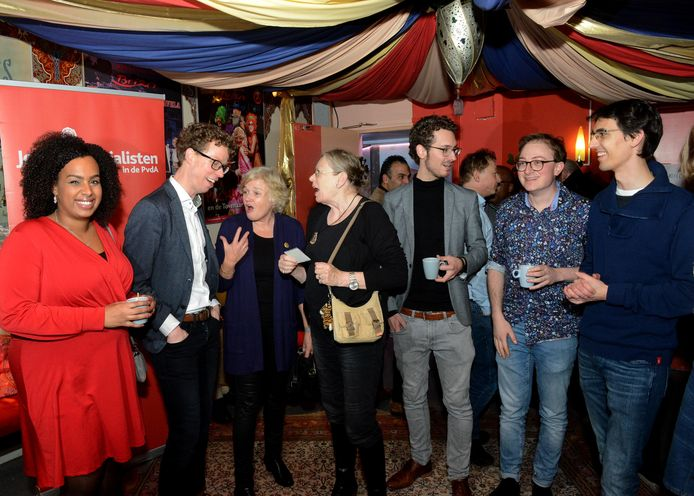 Wethouder Martijn Balster (tweede van links) tijdens de laatste ledenvergadering van de PvdA. Volgens kritische bestuursleden van de lokale afdeling in Den Haag, is de 'gewone man' verdwenen bij de partij.