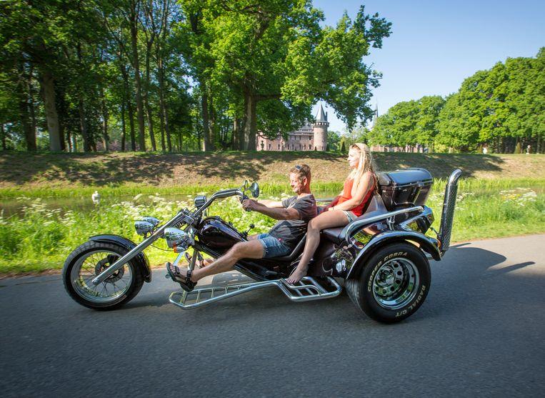 Marien Mulder met zijn dochter Naomi op hun trike, ook wel een driewieler.  Beeld Jorgen Caris
