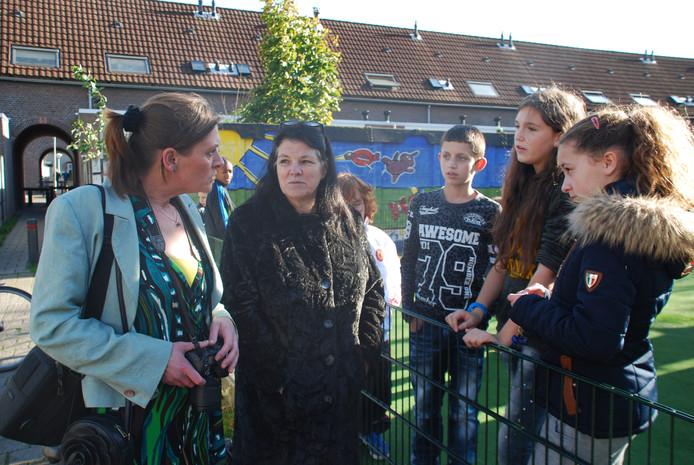 Buurtbewoners Marique de Bree links en Angeline Grosfeld praten met jongeren op het Piramidepleintje. foto BN DeStem