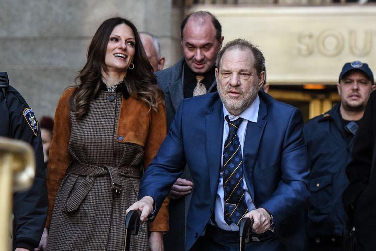 Harvey Weinstein verlaat op 14 februari de rechtszaal in New York met zijn advocaat Donna Rotunno (links). Beeld Getty Images