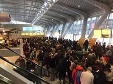 Rode Kruis hielp honderden gestrande reizigers aan bed op Eindhoven Airport