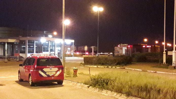 Een brandweerauto arriveert bij de poort van het bedrijf.