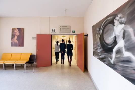 Ook in de ziekenhuisgangen hangen er schilderijen.