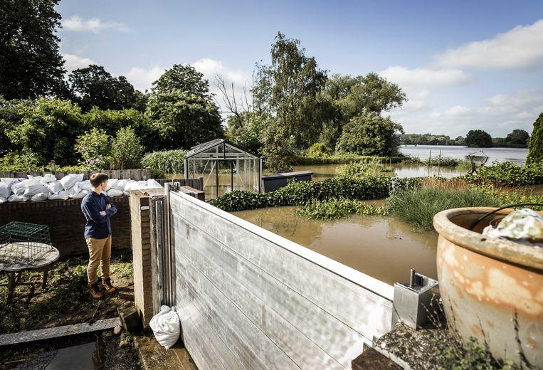 In het noorden van Limburg, zo ook hier in Arcen, is komende dagen afwachten hoe hoog het water komt. Beeld ANP