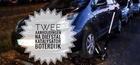 Voorbijganger ziet mannen onderdelen van Prius afzagen in Arnhem, krik blijft achter onder auto
