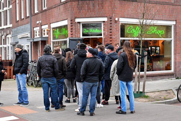 Zondagavond 18.15 uur: een lange rij bij Coffeeshop de Wedren in Nijmegen.