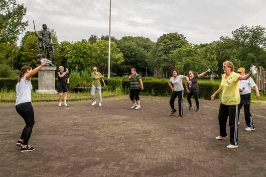 Twee groepen van fysiotherapiepraktijk Ruyssenaars van den Broek kunnen ook in de vakantie gewoon doortrainen in het Helmondse Hortensiapark.