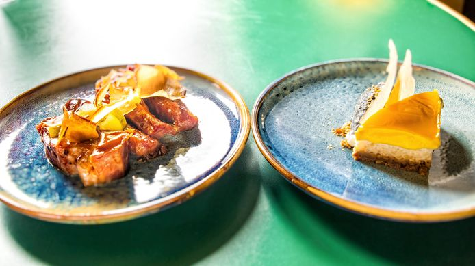 Links: boneless spareribs met bbq-lak en chilikomkommers. Rechts: mango cheesecake, sticky rice, bastogne en hangop, kokoscrumble en ijs van zwarte sesam
