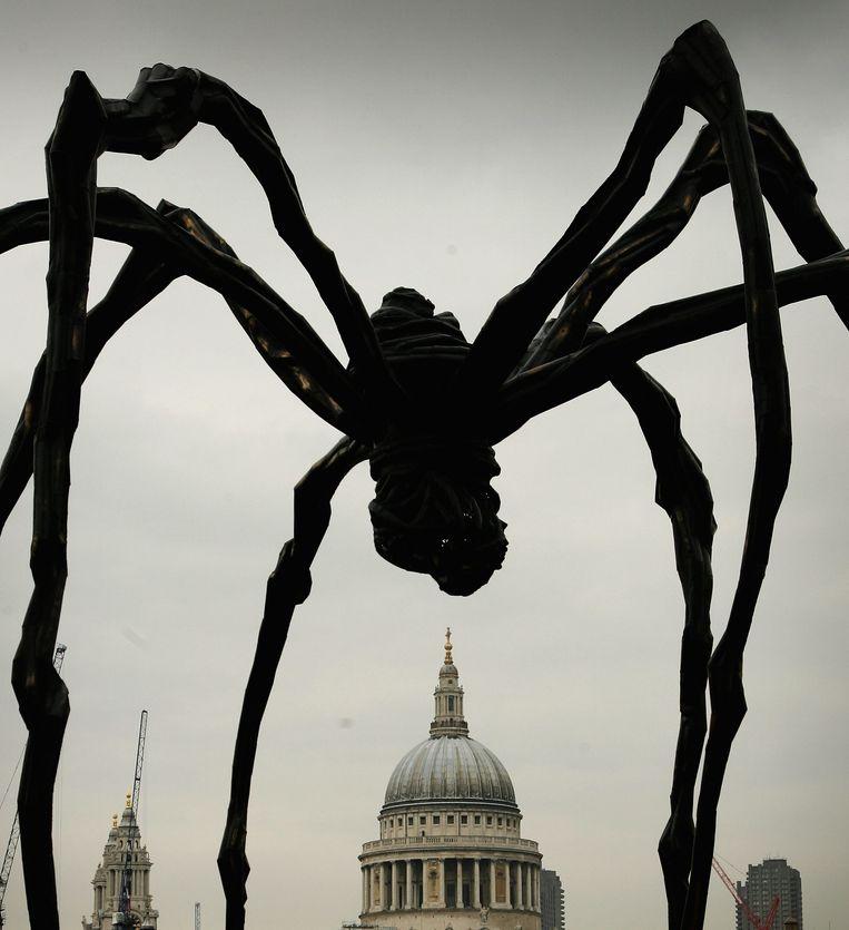 De gigantische stalen spin Maman van Louise Bourgeois voor St Paul's Cathedral, bij Tate Modern in 2007 in Londen.  Beeld Getty