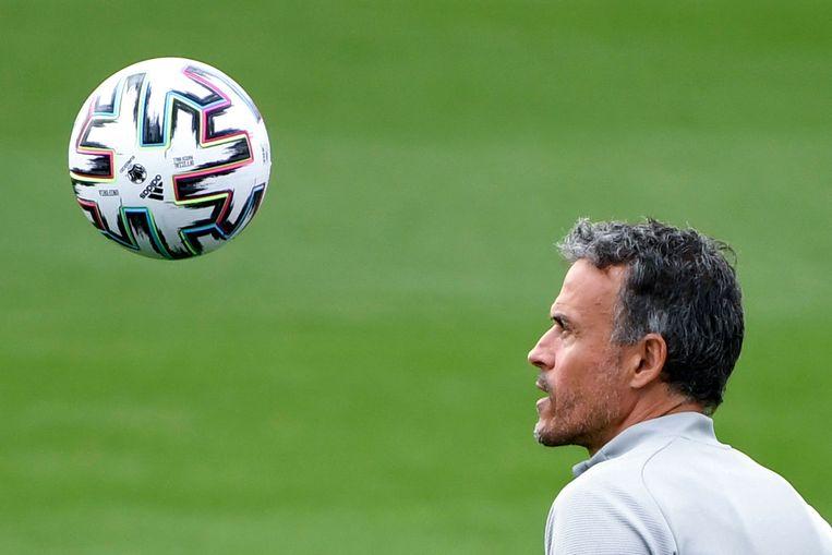 De Spaanse bondscoach Luis Enrique heeft oog voor de bal tijdens een training van zijn selectie. Beeld AFP