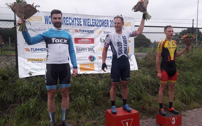 Het podium van de Ronde van Ossendrecht: vlnr: Rico van Damme (2de), winnaar Hans Dekkers en Arno Kleinjan.