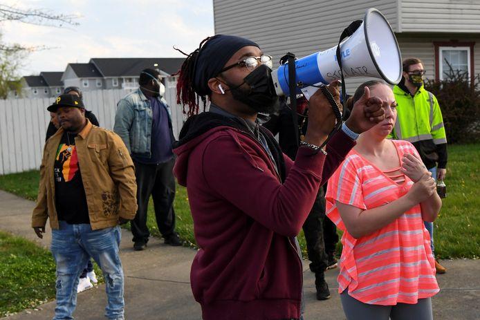 Buurtbewoners en activisten verzamelen zich op de plek waar Makiyah Bryant door een politieagent werd doodgeschoten.