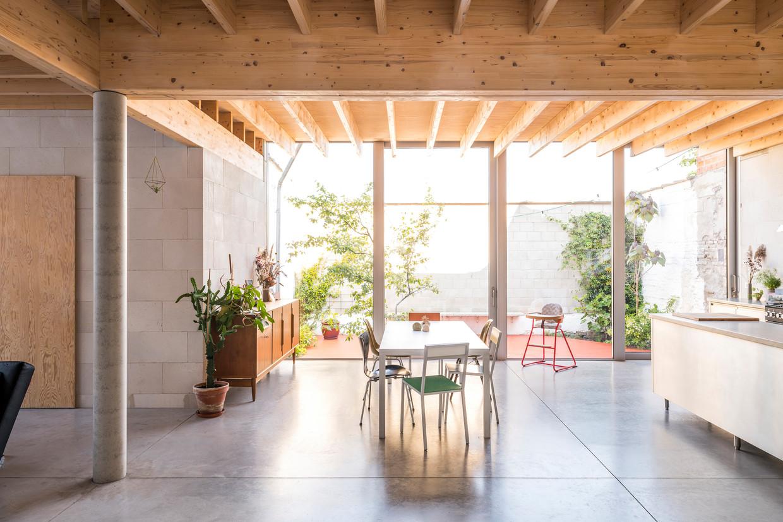 'De meubels verzamelden we door de jaren heen', zegt Philippe. 'Ik hou niet van het idee om alles nieuw te kopen voor een nieuwe plek.' De aluminium tafel van Maarten Van Severen was hun eerste aankoop samen.