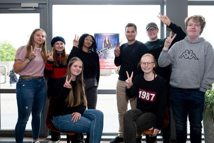 Rune Van den Notelaer uit Heist-op-den-Berg neemt deel aan The Voice. Haar klasgenoten van het Atheneum steunen haar volop.