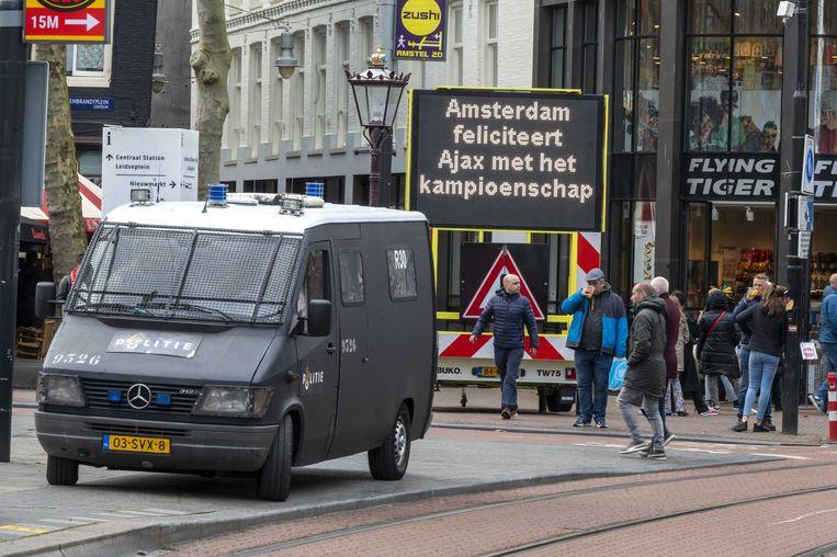 Op het Rembrandtplein vieren Ajaxfans het landskampioenschap. Beeld ANP