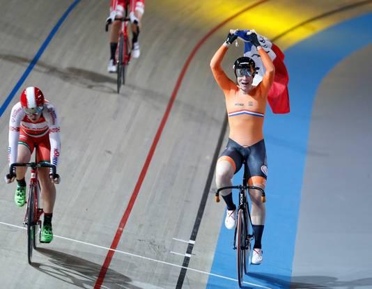 Kirsten Wild viert haar overwinning op het onderdeel scratch tijdens de wereldkampioenschappen baanwielrennen in Apeldoorn.
