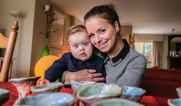 Eline Bossuyt, met haar zoontje Arnaud. Op de voorgrond zie je de potjes in keramiek.