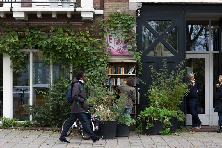 De boekenkast van Renate Dorrestein aan de Weesperzijde, nu beheerd door haar man.  Beeld Saskia Wesseling