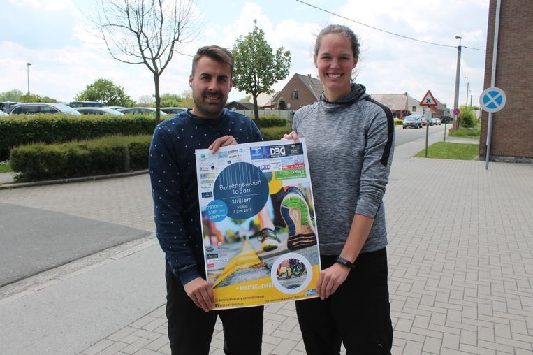 Bart Callebaut en Tinneke Verbeyst, twee leerkrachten van de school, willen met de jogging geld inzamelen voor de herinrichting van de speelplaats.