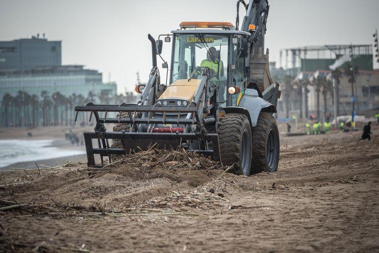 Na de doortocht van Gloria moest overal langs de Spaanse kustlijn puin worden geruimd en moesten stranden in ere hersteld.  Beeld BELGAIMAGE