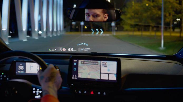Het Head-up Display met Augmented Reality in actie: bewegende, in de voorruit geprojecteerde navigatiepijlen tonen de juiste afslag