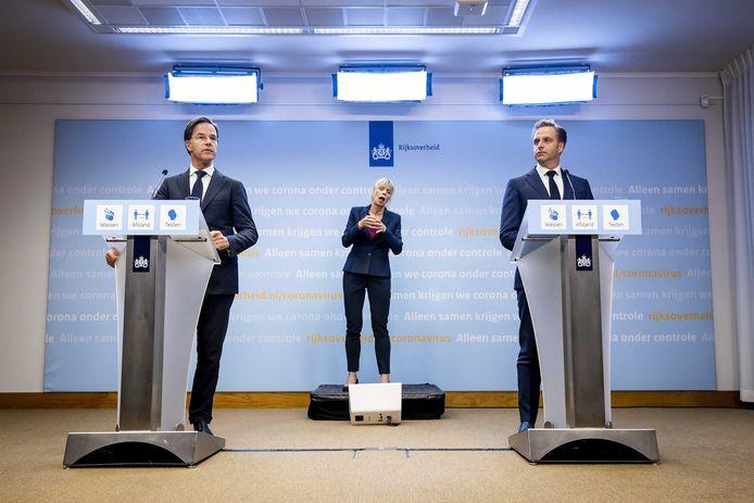 Ontslagnemend premier Mark Rutte en Ontslagnemend minister Hugo de Jonge (Volksgezondheid, Welzijn en Sport) vanavond tijdens de persconferentie.