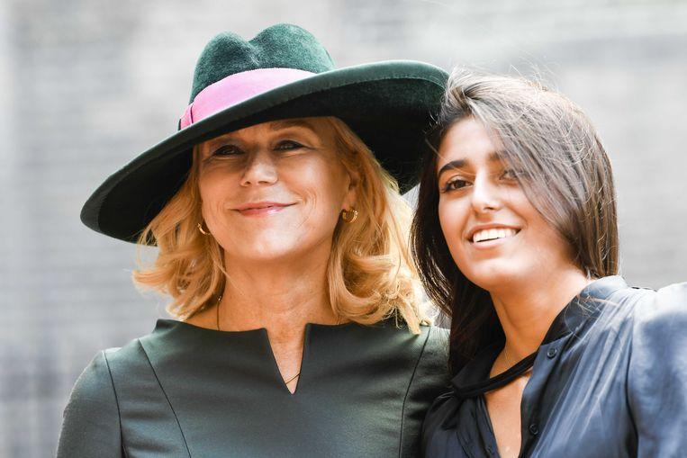 Minister voor Buitenlandse Handel en Ontwikkelingssamenwerking Sigrid Kaag arriveert met haar jongste dochter Inas bij de Ridderzaal op Prinsjesdag.  Beeld ANP