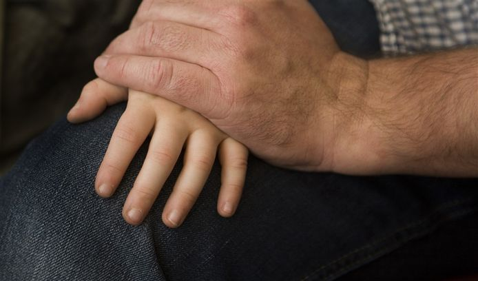 De Hardinxvelder zou zijn minderjarige kleindochter hebben aangerand, nadat zes van zijn dochters tussen 1990 en 2020 ook stelselmatig door hem zijn verkracht, zo vermoedt het Openbaar Ministerie.